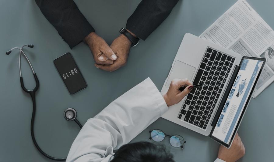 Consultation entre un podiatre et un patient